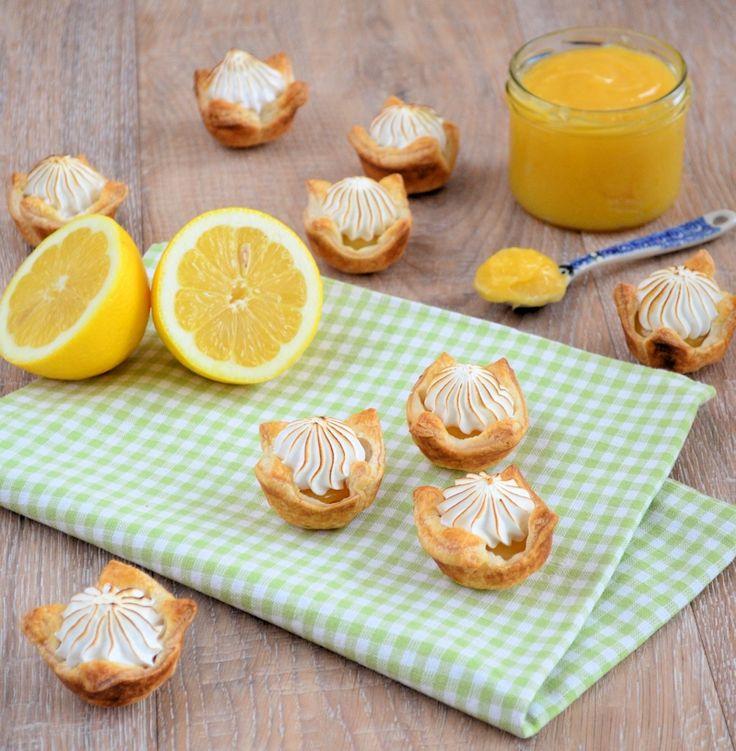 Dol op lemon curd met meringue? Maak dan deze mini lemon meringue pies. Heerlijke frisse eenhaps gebakjes om te trakteren of voor bij de high tea!