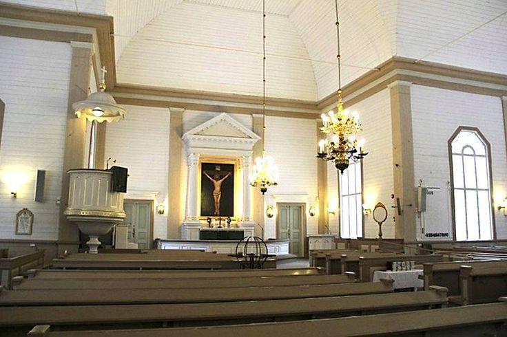 Ylivieskan vanha ylväs puukirkko oli kunnan yksi tärkeimmistä nähtävyyksistä. Tältä upea kirkko näytti ennen – ja tässä ovat tuhon jäljet tulipalon jälkeen.