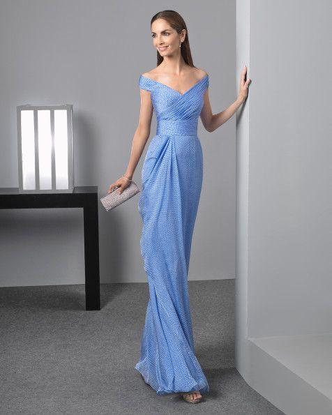 Vestido comprido vaporoso de crepe georgete com decote em forma de coração, complementado com transparência, em vermelho, verde-água, prateado, azul-marinho, azul e azul-cobalto.