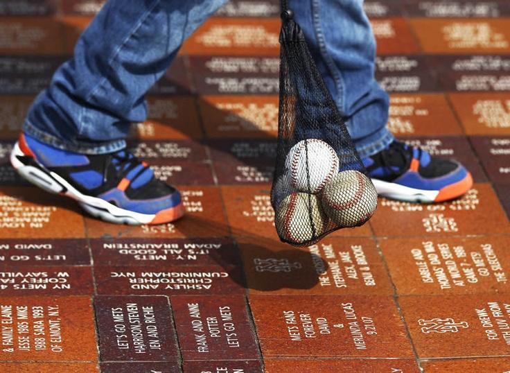 Un fanático de los Mets de Nueva York camina con una bolsa de pelotas de béisbol fuera del Citi Field antes de un juego entre los Mets de Nueva York y los Padres de San Diego, en Nueva York, el 01 de abril de 2013. | Créditos: REUTERS / Shannon Stapleton