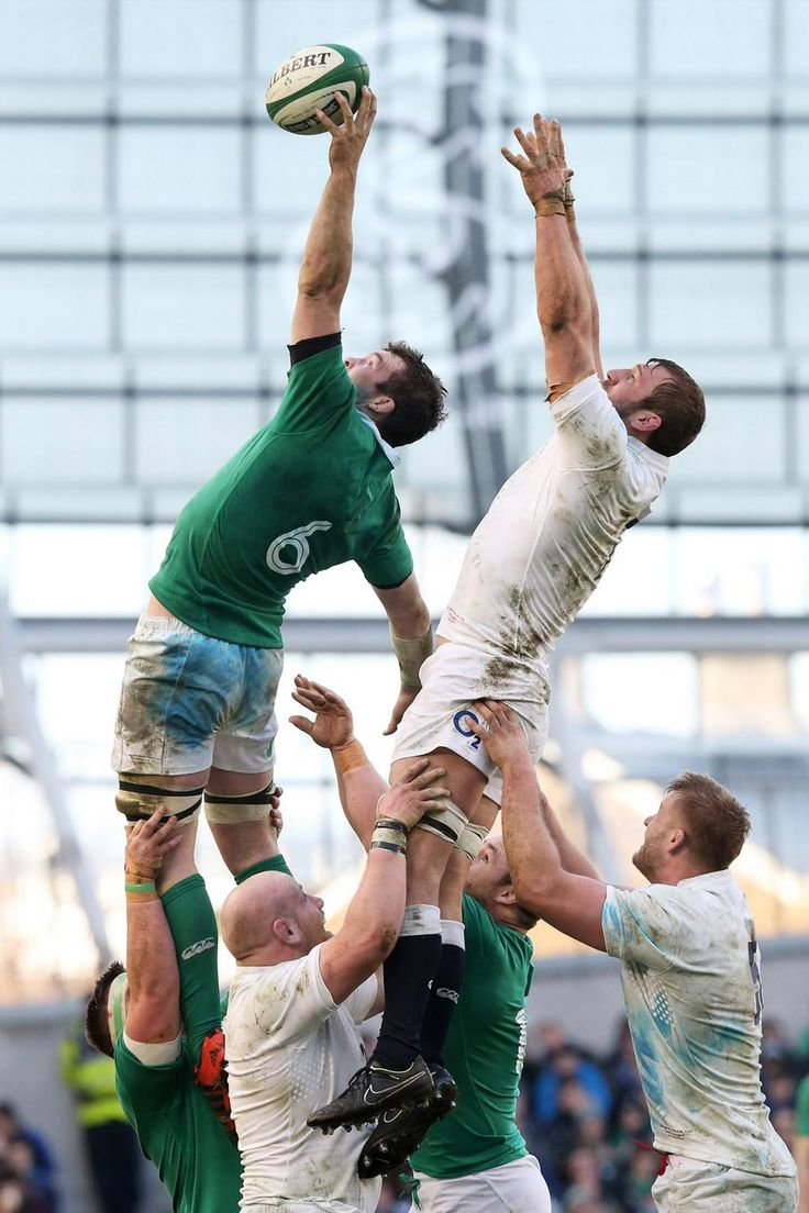 In the 2015 Six Nations match in Dublin, Peter O'Mahoney of Ireland beats Chris Robshaw of England to line-out ball.