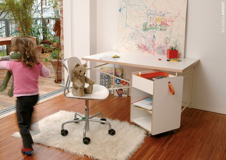 ›Eiermann Table‹ for childen by Egon Eiermann, ›Turtle‹ children's chair by Peter Horn and ›Fixx‹ container by Peter Horn #kidscollection #kidsfurniture #desk #homework