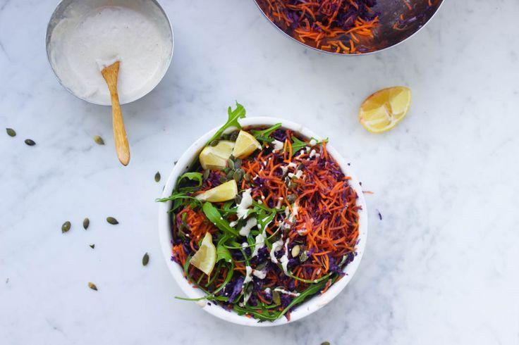 De lekkerste rauwkost salade is zo gemaakt! Niet alleen is deze salade heerlijk fris maar ook nog eens enorm gezond. Bieten, pastinaak, rode kool…