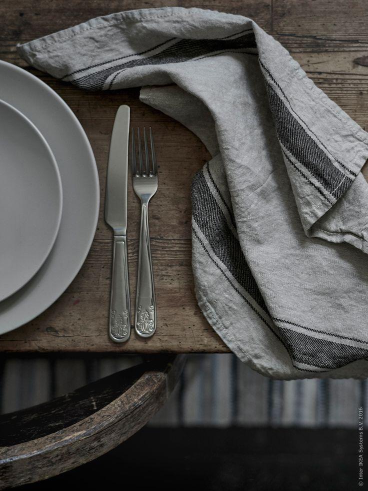 VARDAGEN är en serie tåliga kökstillbehör som är tillverkade av högkvalitativa material som linne, glas och metall. I kollektionen ingår även glasburkar, karaffer och köksknivar.