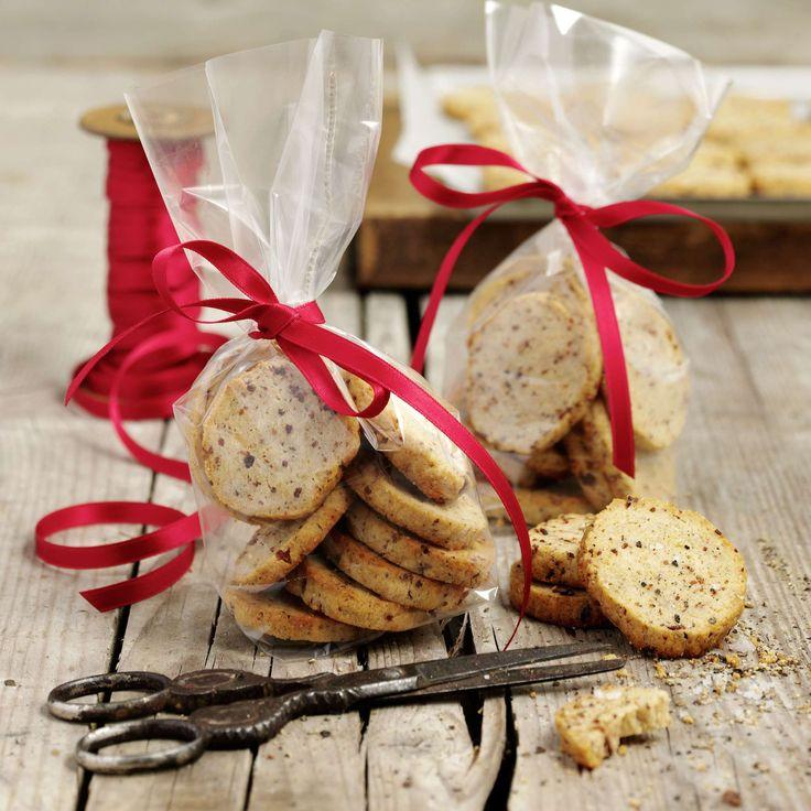 Speck-Käse-Sablés. Sablés als deftiges Fingerfood für Apéro oder Party. Knusprig gebratenen Speck hacken, mit geriebenem Greyerzer zum Teig mischen und leicht braun backen.