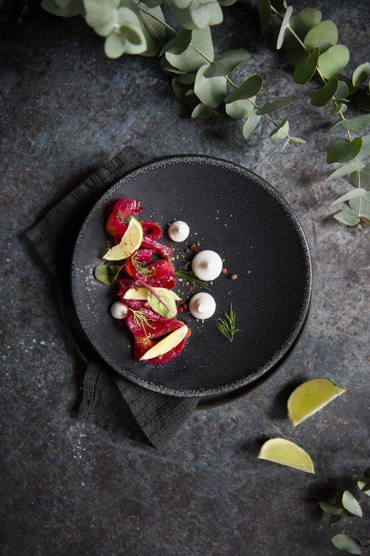 Gravlax de saumon à la betterave, blinis maison et chantilly de citron vert