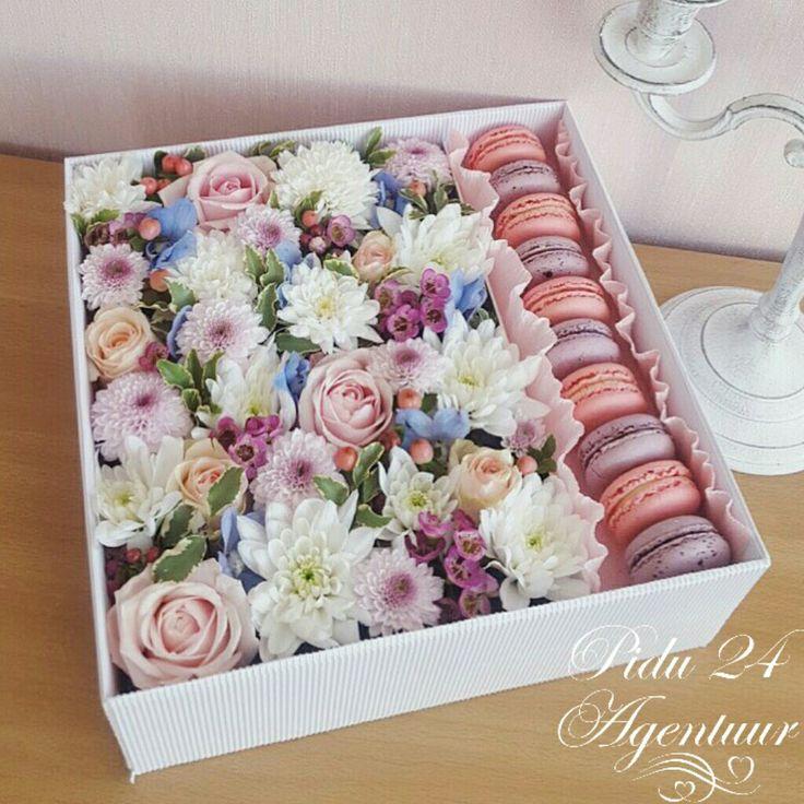 Подарочная коробочка с цветами и макаронс. Для заказа www.pidu24.eu/shop. Karp lillede-ja macroonidega. Lilled karbis.