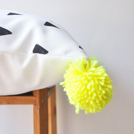 Géométrique oreiller décoratif moderne enduisent noir - triangles blancs imprimer & néon jaune pompons Cette housse de coussin belle fera un cadeau parfait, mais aussi une belle touche pour votre chaleureux accueil ! Ça va être grande sur un canapé, un lit, une chaise ou dans votre pépinière !  Autres oreillers décoratifs : http://www.etsy.com/shop/LoveJoyCreate?section_id=13178461…