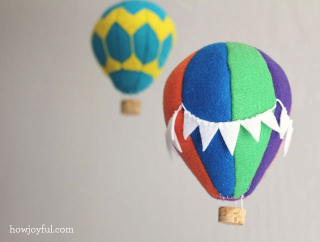 Nursery: Felt hot air balloon mobile – tutorial and pattern | How Joyful