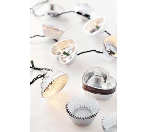 Faça uma iluminação fofa com forminhas metálicas de doce, pisca-pisca e furador.