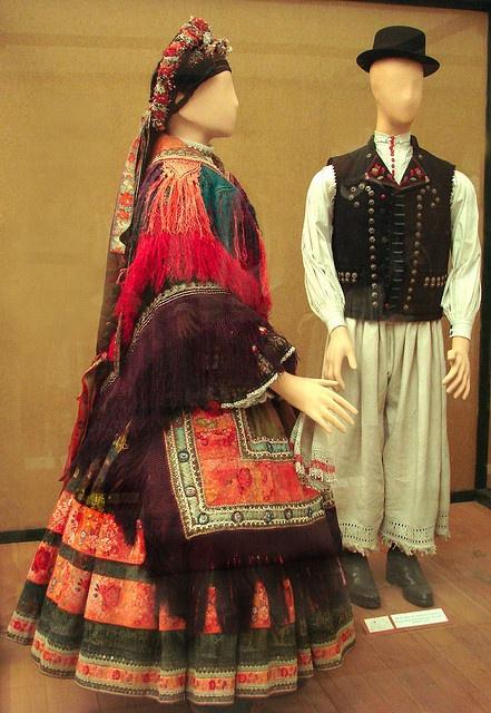 Womans Costume from Sarköz (Hungary) (Decs, Tolna) Costumes du musée…