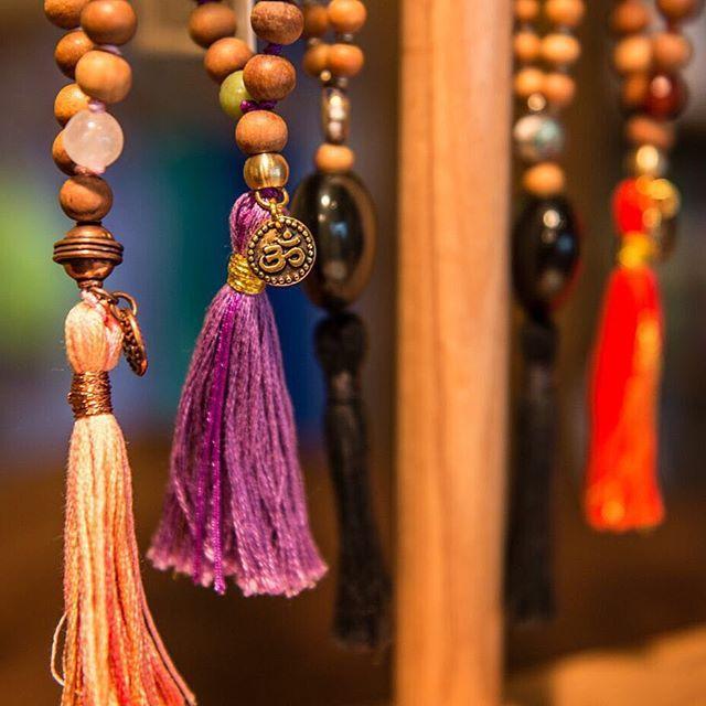 Fait sur les Malas:  Les 108 perles des Malas (chapelets hindous) ont plus qu'une signification, - Le chiffre 1 signifie le Dieu ou l'Unité, - Le 0 représente le vide ou l'accomplissement spirituel, - Le 8 symbolise l'éternité ou l'infini.  Essayez d'effectuer 108 répétitions d'un mantra ! À vos Malas xx  #centreyogasante #mala #meditation #alligneverslemieuxetre