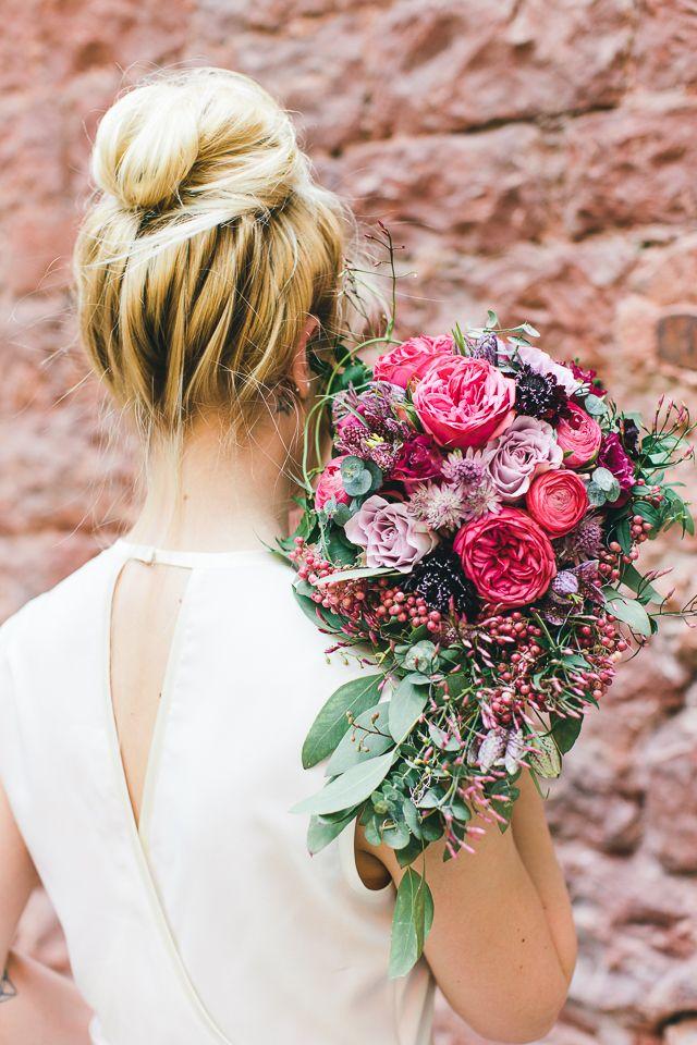 Brautstrauß rosa Beeren Industrial Chic Heiraten mit Vergiss Mein Nicht Fotografie | Hochzeitsblog - The Little Wedding Corner