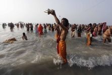 Gangasagar Mela o Ganga Sagar Fair è la più grande festanel West Bengala. Secondo l'astrologia induista, questa festa segna il passaggio del Sole dal regno del Sagittario a quello del Capricorno, considerato d'auspicio. l Gangasagar Mela è un appuntamento molto atteso da migliaia di pellegrini provenienti da tutta l'India che si riuniscono per rendere omaggio al sole, tuffandosi nel sacro fiume alle prime luci dell'alba. FotoLaPresse/AP/Rajesh Kumar Singh