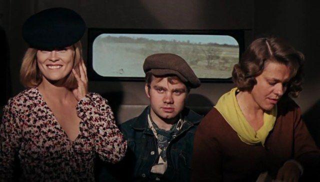 """Who told that beret is boring? Just look at Faye Dunaway in Bonnie and Clyde (1967). Costume Design by Theadora van Runkle / Тем, кто считает берет скучным, устаревшим головным убором советую посмотреть на Фэй  Данауэй в """"Бонни и Клайд"""" (1967). Художник по костюмам Теадора ван Ранкл #oldgoodmovies #style #styleinspirations #vintage #beret #FayeDanaway  #кинораньшеговремени #стиль #мода #винтаж #смотриивдохновляйся #головныеуборы #берет #ФэйДанауэй"""