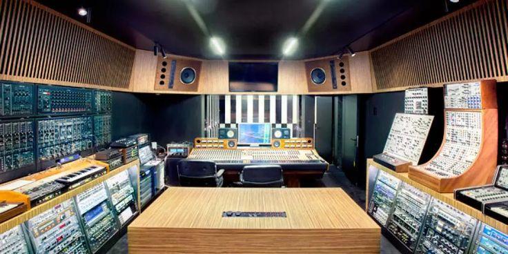 De Gentse broertjes Dewaele beter bekend als Soulwax of 2manydjs geven een kijk in hun nieuwe opnamestudio Studio Deewee. Er werd al een tijd verteld dat ze bezig waren aan de bouw van een nieuwe studio en deze lijkt eindelijk klaar te zijn.