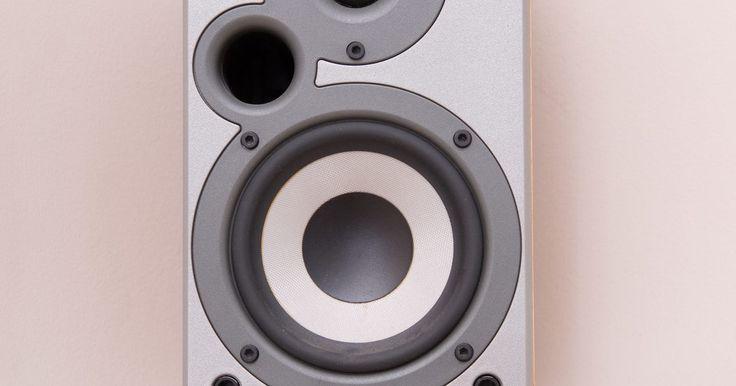 """Cómo conectar un iPad a un estéreo. El IPAD es una tableta popular diseñada y comercializada por Apple Computer. La aplicación de fábrica """"iPod"""" te permite escuchar tu música favorita desde cualquier lugar, con un puerto estéreo de 3,5 mm para auriculares y un altavoz incorporado. Si te gusta escuchar tus canciones favoritas en un equipo de música, tienes varias opciones ..."""