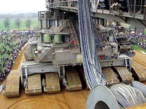 >La bagger 288 de Krupp en quelques chiffres:  95 mètres de haut. 215 mètres de long. 45000 tonnes d'acier. Roue à godets d'un diamètre de 25m. Extraction moyenne de 80000m3/jour Vitesse maxi: 10m/mn 5 Opérateurs. Guidage par laser, gps et caméras.  Image  Le prix? Des millions et des millions d'Euros, Le temps de développement: Des années!  Du côté de chez HUNGER on peut trouver pas mal de trucs très sympa, comme des grues mobiles de plus de 1000 tonnes: