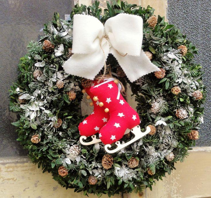 """Vánoční+brusličky+Věnec+z+buxusu+a+větviček+jedličky+s+malými+šištičkami+jsem+nastříkala+umělým+sněhem+a+přidala+krásné+šité+brusličky+s+bílou+stuhou.+Velikost+41cm!+Věnec+odesílám+s+dodáním+""""Do+ruky""""+,aby+přišel+co+nejdříve!"""