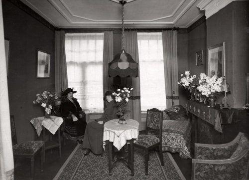 Schoonheidssalons. De wachtkamer van de Academie Scient. de Beauté.  Amsterdam, Nederland, 1924. Serie van 2 foto's.