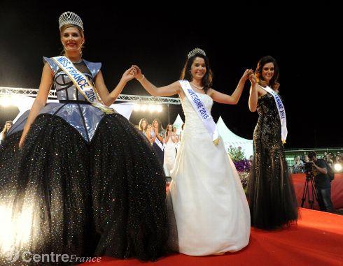 Miss Auvergne le soir de son élection entourée de Miss France 2015 et Miss Auvergne 2014. - violaine allirand