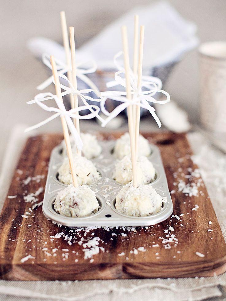 Ljuvliga cake pops med mjuk pepparkaka, vit choklad och kokos. Tips! Du kan göra cakepopsen på färdig mjuk pepparkaka.