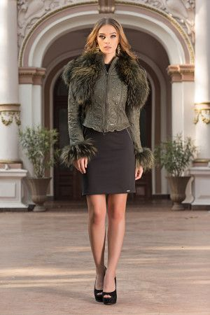 A real must for the season, this luxury jacket will be the trendiest, most versatile item in your wardrobe. This luxury jacket with a generous collar made of natural fur and removable fur jacket for a classy, extra-feminine look.