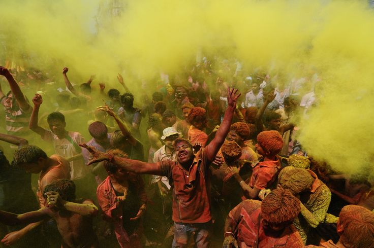 """Indian Holi, ofeten reffered to as the """"Festival of Colours"""", celebrated in Guwahati, India, 27 March 2013. (  Biju Boro / AFP  )"""