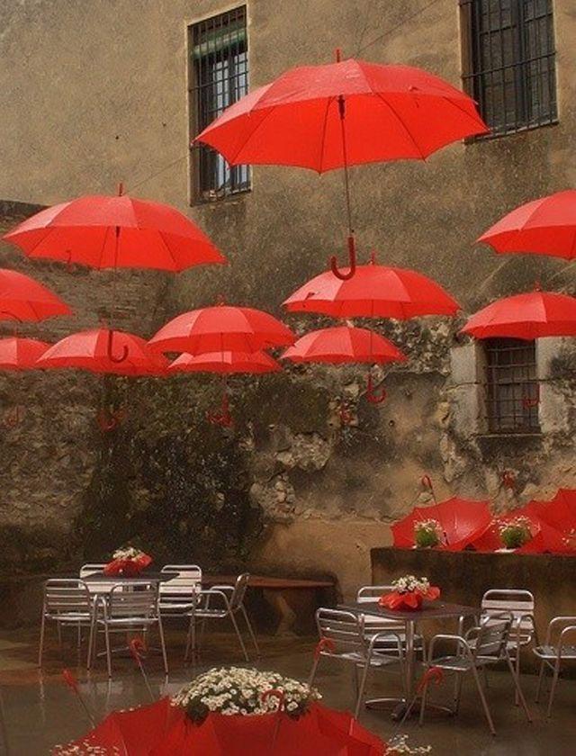 Ambiance surréaliste grâce aux idées déco de parapluies rouges