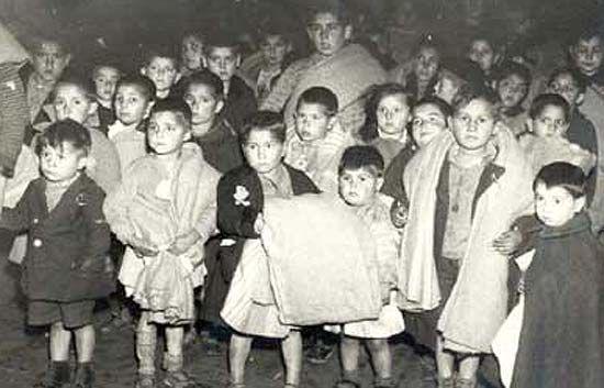 """Franquismo y memoria => reportaje titulado """"Los niños robados del franquismo reclaman su memoria"""" => Estudiamos un fragmento del documento siguiente, aquí lo podéis hallar entero: """"Artistas como Almodóvar, Bardem o Verdú prestan su voz a 15 víctimas del franquismo """" http://www.rtve.es/noticias/20100614/artistas-como-almodovar-bardem-verdu-prestan-su-voz-a-15-victimas-del-franquismo/335522.shtml"""