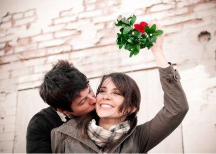 couple christmas photo idea with mistletoe.