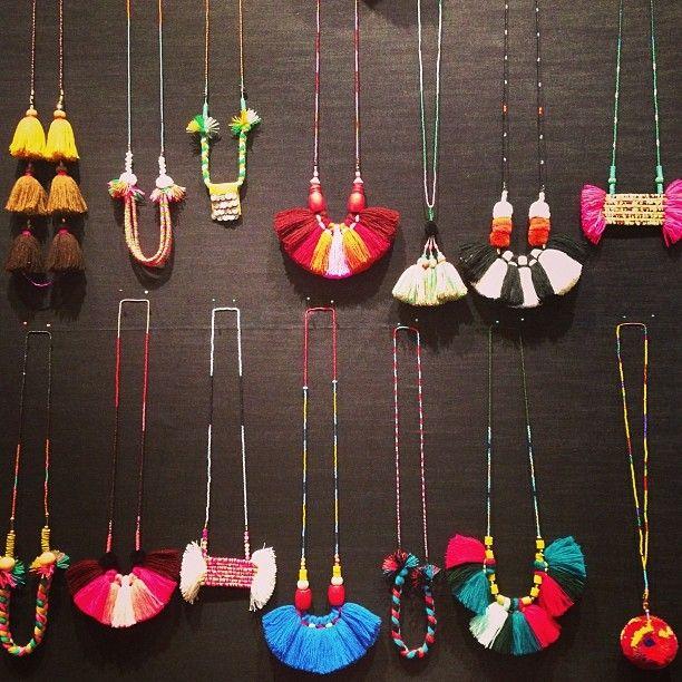 bonne idée les petits pompons colorés en collier pour l'été