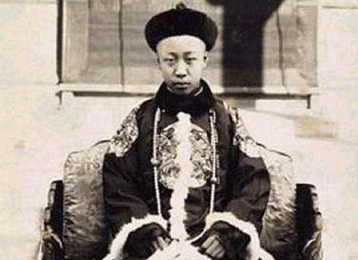 Le 1er janvier 1912, Sun Yat-sen proclame la naissance de la République de Chine, mettant en même temps fin au règne de la dernière dynastie chinoise, les Qing. Pas encore agé de six ans, le dernier empereur Puyi vient de voir sa vie basculer, pour le pire...