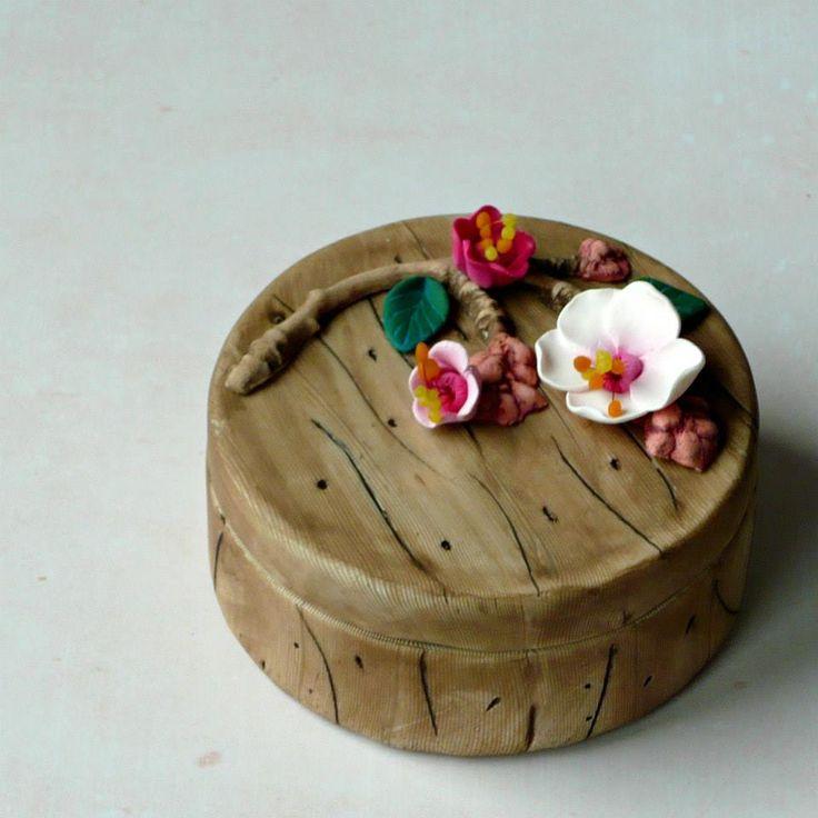 Helena Vetráková - krabička s imitací dřeva a dalších přírodnin podle workshopu Andrey Zajacové z 2.ročníku Polymerové školy online