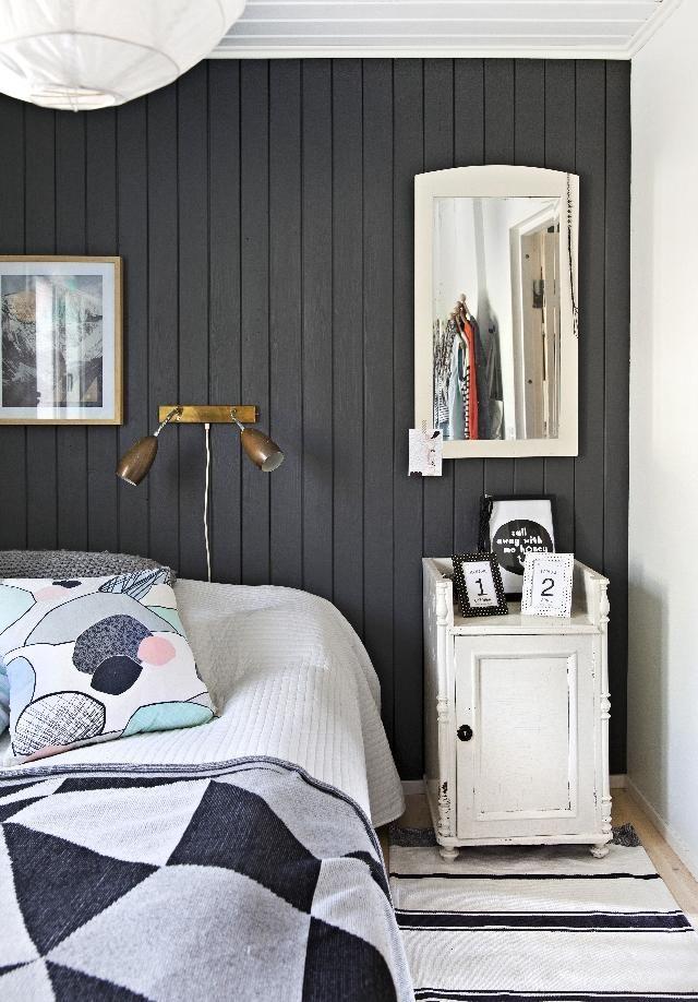 Tumma makuuhuoneen sisustus. Dark bedroom.   Unelmien Talo&Koti Kuva: Camilla Hynynen Toimittaja: Jaana Tapio