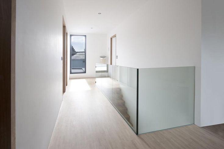 Glazen balustrade in hoekopstelling zonder verticale profielen.