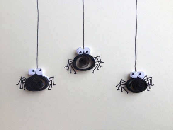 Quilled zwarte spinnen, Griezelig Crawlies Card. Free post naar IRL.  Filigraan is een techniek voor het oprollen van dunne stroken papier om verschillende vormen te maken.  Elke kaart is met de hand gemaakt van kras, zodat elke spin er een beetje anders ziet... Ik Snijd elke strook van papier en rol ze met mijn vingers, met geen andere hulpmiddelen met uitzondering van papier, lijm en pincet.  Drie zwarte spinnen op room kaart (240gsm) quilled in horizontale uitlijning. Gemaakt met…