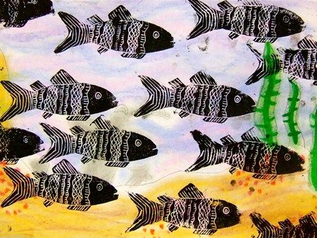 """""""Styrofoam Fish Prints -4""""  Tausta vesiväreillä + muotoon leikatulla pressprint laatalla kaloja päälle."""