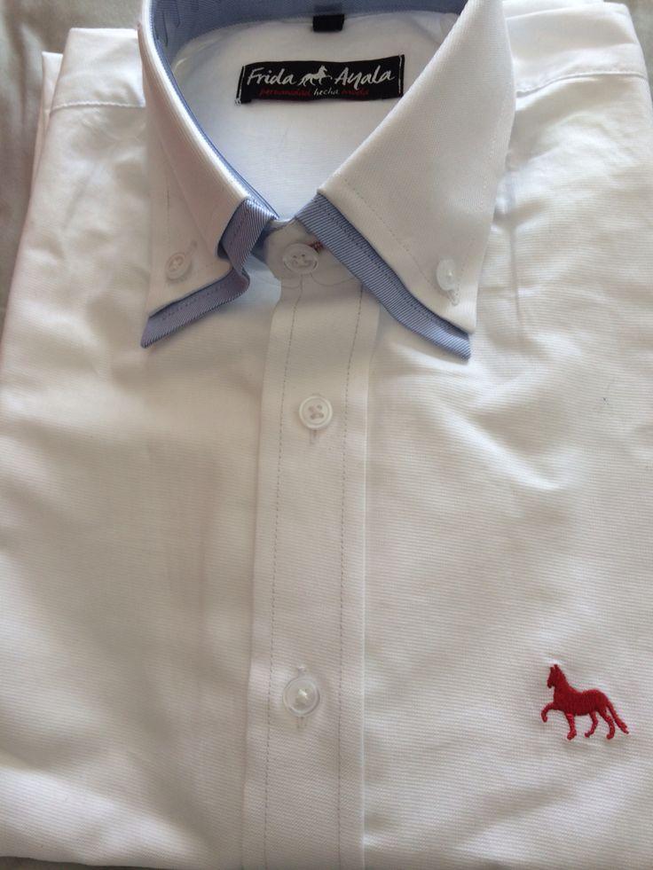 Camisa de hombre, con detalles originales, doble cuellos y coderas.