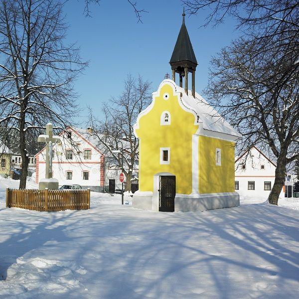 Pequena igreja em Holašovice, República Tcheca