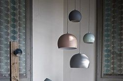 """Die Ball Lampe ist ein Klassiker. Hier ist sie in der neuen """"Trauben""""-Variante zu sehen, die den einfachen Ausdruck der Lampe zu einer schönen Skulptur über dem Esstisch macht."""