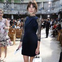 Front Row de Alta Costura. Alexa Chung fue el centro de atención en el desfile de Chanel con un minivestido de terciopelo azul y mangas de encaje negro, con zapatos planos también negros.