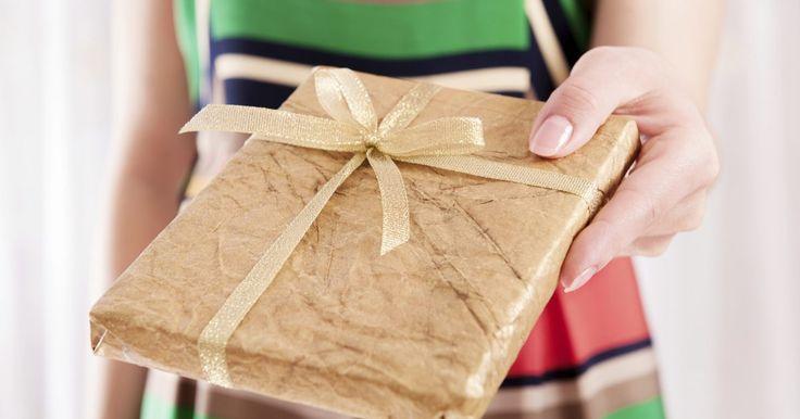 Regalos de aniversario para hombres . Si se te avecina un aniversario, no cabe duda de que quieres darle a tu hombre un regalo que realmente aprecie. El regalo que le des debe estar en consonancia con su personalidad y estilo, y debe representar tus sentimientos hacia él. Tienes muchas áreas para elegir a la hora de un regalo de aniversario. Los más comunes son los regalos románticos, ...