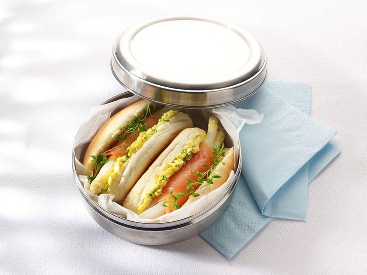 Een overheerlijke sandwich met zalm-aspergerolletje en eiersla, die maak je met dit recept. Smakelijk!