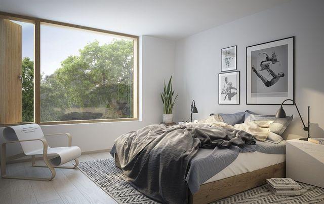 Tavelhängning över säng