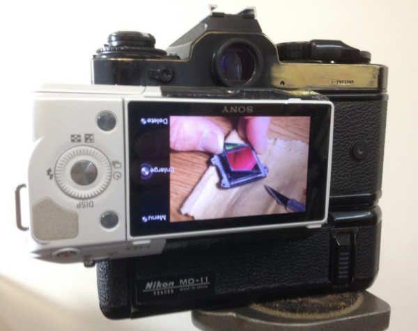 Las cámaras réflex analógicas han perdido terreno frente a sus equivalentes digitales y los nuevos modelos mirrorless, pero no podemos negar que poseen algo «extra». El diseño general, su estética, su peso, el agarre… no es lo mismo. En el pasado hemos aprendido cómo funcionan las cámaras réflex, y a construir una con la ayuda de impresoras 3D, pero lo que tenemos aquí hoy es una conversión para colocar una...