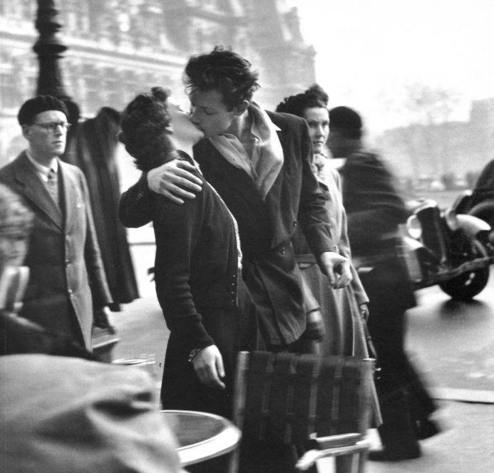 Csók a városháza előtt