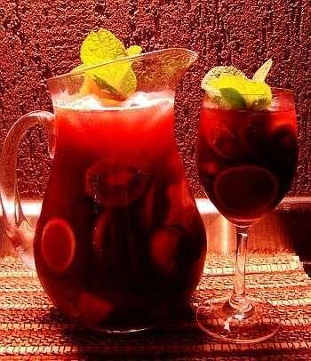 Ingredientes  750ml de vinho tinto seco (1 garrafa) 600 ml de soda limonada 1/2 xícara (chá) de suco de laranja 2 colheres (sopa) de açúcar 1 dose de 60ml de conhaque Frutas em