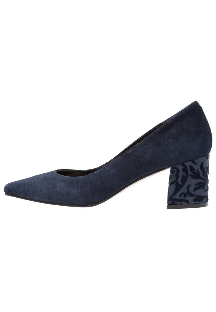 ¡Consigue este tipo de zapato de tacón de CTWLK ahora! Haz clic para ver los detalles. Envíos gratis a toda España. CTWLK SKUMP LOW Tacones marino: CTWLK SKUMP LOW Tacones marino Zapatos   | Material exterior: cuero velour, Material interior: piel, Suela: fibra sintética, Plantilla: cuero | Zapatos ¡Haz tu pedido   y disfruta de gastos de enví-o gratuitos! (zapato de tacón, tacones, tacon, tacon alto, tacón alto, heel, heels, schuhe mit absatz, zapato de tacón, chaussure à talon, s...