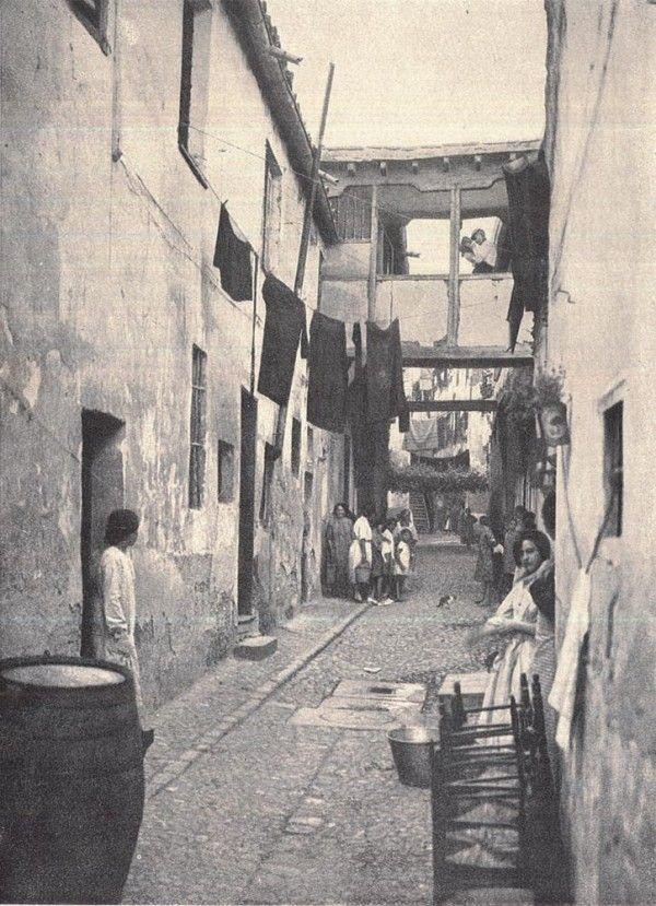 Una callejuela que se abre delante de nuestros ojos, nos habla del viejo Madrid